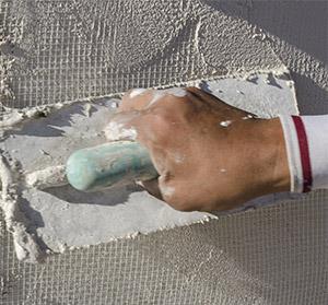 Наглядное применение сетки малярной для укрепления тонкого слоя шпаклевки